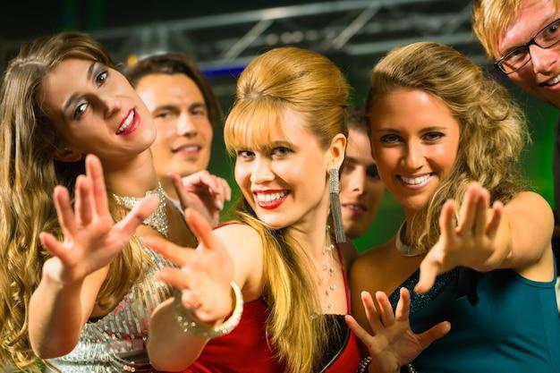 Imprezowiczów tańczących w klubie disco Premium Zdjęcia