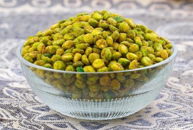 Indian namkeen snack food masala green peas Premium Zdjęcia