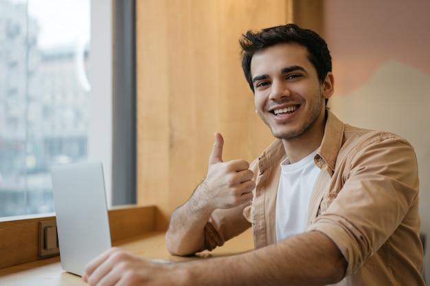 Indianin Za Pomocą Laptopa, Oglądający Szkolenia Online, Pokazujący Kciuk Do Góry, Pracujący Z Domu Premium Zdjęcia