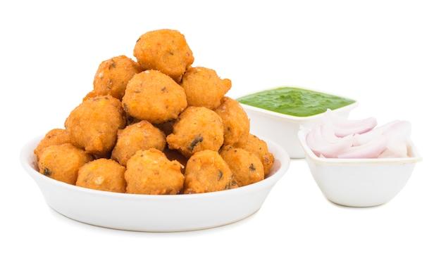 Indiański korzenny uliczny jedzenie dal vada na białym tle Premium Zdjęcia