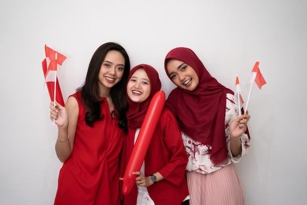 Indonezyjska Kobieta świętuje Dzień Niepodległości Z Flaga Premium Zdjęcia
