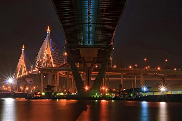 Industrial Ring Bridge świeci O Zmierzchu W Tajlandii Z Centralną Perspektywą. Most Przecina Rzekę Chao Phraya I Port W Bangkoku Premium Zdjęcia