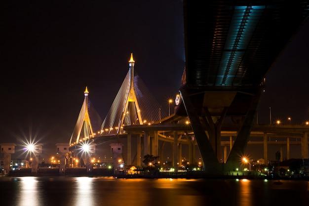 Industrial Ring Bridge świeci O Zmierzchu W Tajlandii. Premium Zdjęcia