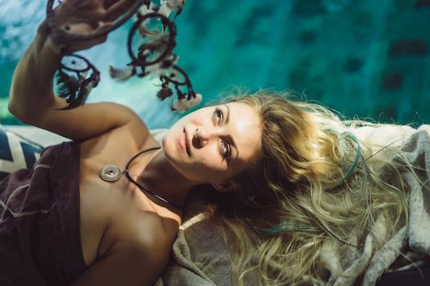 Indyjska dziewczyna w domu. łapacze snów. piękna blondynka z łapaczami marzeń. Darmowe Zdjęcia