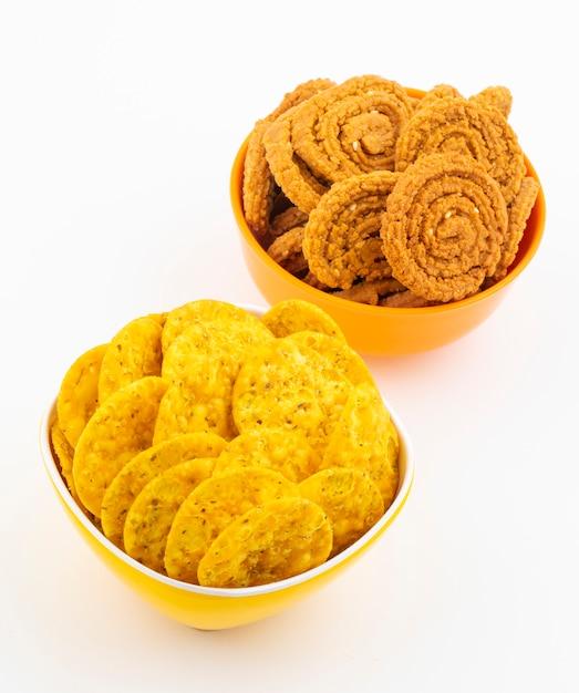 Indyjska przekąska masala khari papdi lub chakli na białym tle Premium Zdjęcia