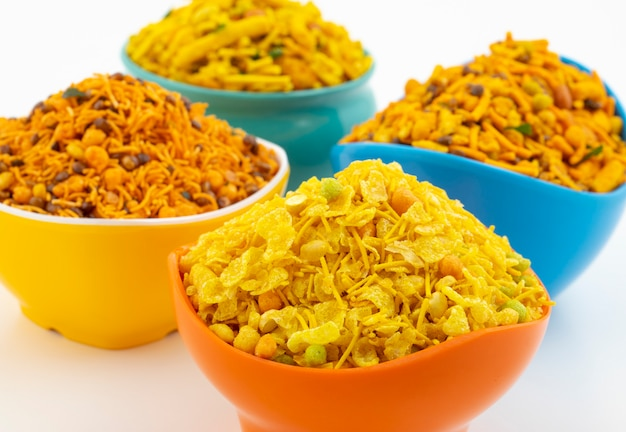 Indyjska tradycyjna kolekcja żywności namkeen na białym tle Premium Zdjęcia