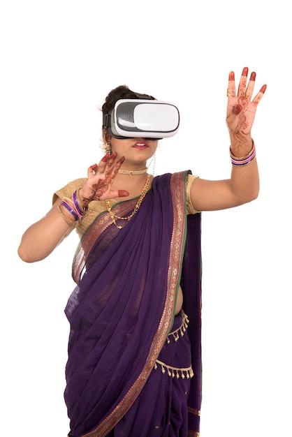 Indyjska Tradycyjna Młoda Kobieta W Sari, Patrząc Przez Urządzenie Vr Premium Zdjęcia