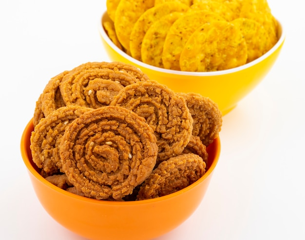 Indyjska tradycyjna przekąska chakli z masala khari Premium Zdjęcia