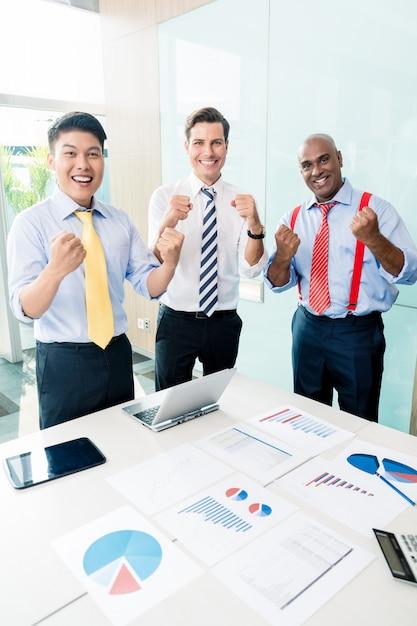 Indyjski dyrektor generalny informujący o sukcesie spotkania biznesowego Premium Zdjęcia