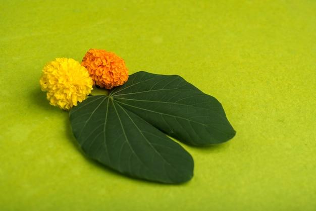 Indyjski Festiwal Dasera, Pokazując Złoty Liść (bauhinia Racemosa) I Kwiaty Nagietka Na Brązowym Tle. Premium Zdjęcia