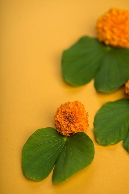 Indyjski Festiwal Dasera, Pokazujący Złoty Liść (bauhinia Racemosa) I Kwiaty Nagietka Na żółtym Stole. Premium Zdjęcia