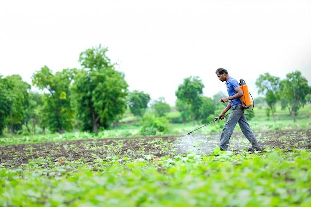 Indyjski Rolnik Rozpylania Pestycydów Na Polu Premium Zdjęcia