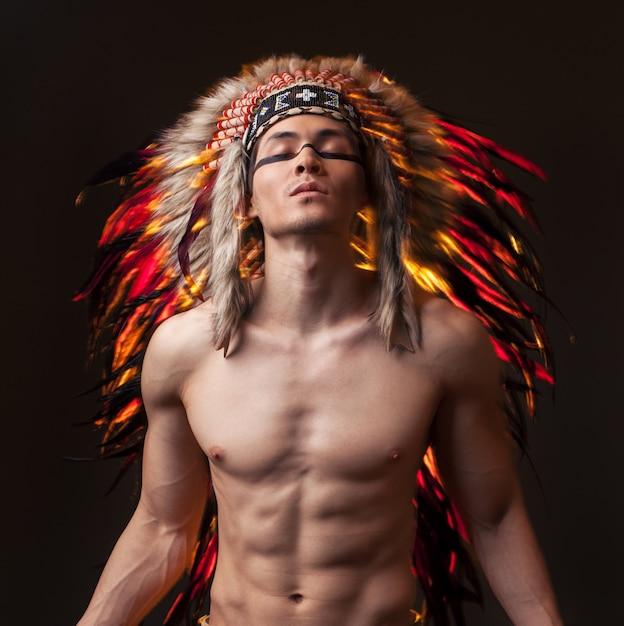 Indyjski Siłacz Z Tradycyjnym Indiańskim Makijażem Premium Zdjęcia