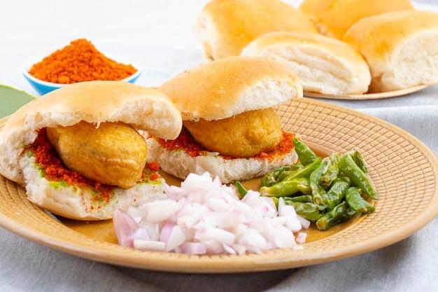 Indyjski słynny street food vada pav Premium Zdjęcia
