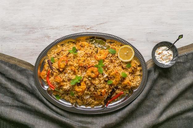Indyjskie Biryani Z Krewetkami. Smaczne I Pyszne Krewetki Biryani, Widok Z Góry Premium Zdjęcia