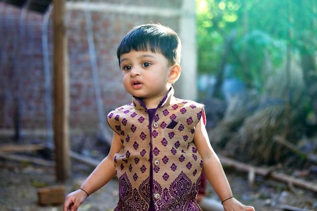 Indyjskie dziecko na tradycyjne stroje Premium Zdjęcia