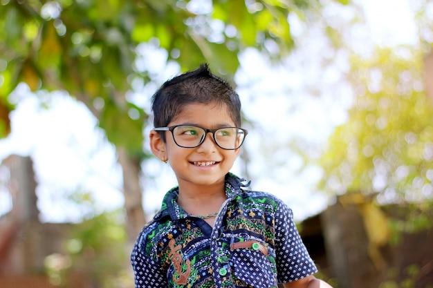 Indyjskie Dziecko Nosi Okulary Premium Zdjęcia