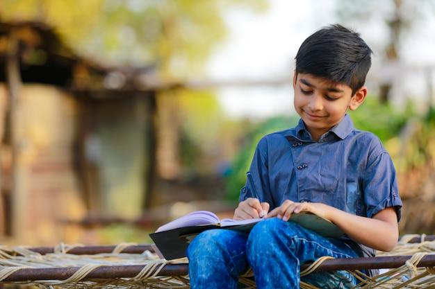 Indyjskie Dziecko Odrabia Lekcje W Domu Premium Zdjęcia