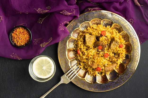 Indyjskie Jedzenie I Fioletowe Sari Z Widokiem Z Góry Premium Zdjęcia