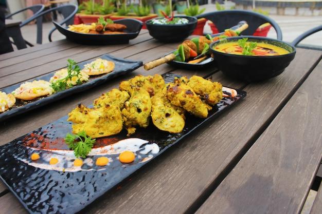 Indyjskie Potrawy W Stół Z Drewna Premium Zdjęcia