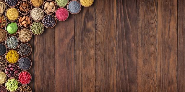 Indyjskie Przyprawy I Zioła Na Drewnianym Stole. Kolekcja żywności Z Pustej Przestrzeni Premium Zdjęcia