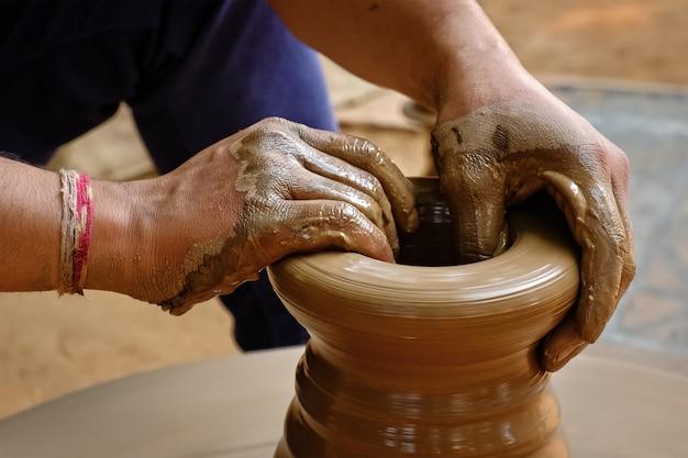Indyjskie Ręce Garncarza W Pracy, Shilpagram, Udaipur, Radżastan, Indie Premium Zdjęcia