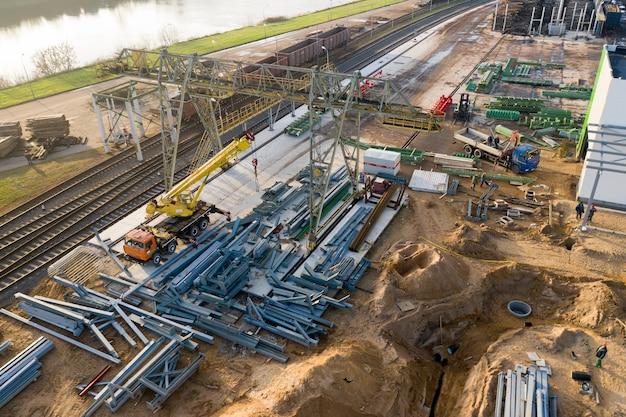 Instalacja Nowej Hali Produkcyjnej W Zakładzie Obróbki Drewna. Premium Zdjęcia