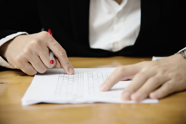 Instruktor sprawdzania wielu wyborów egzamin arkusza odpowiedzi - ludzie edukacji pracujący z koncepcją testu papieru Darmowe Zdjęcia