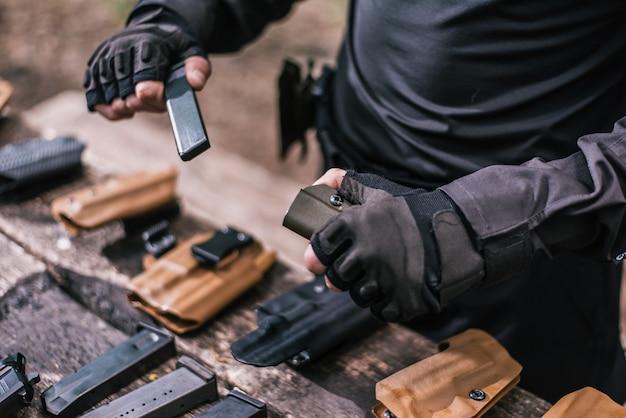 Instruktor strzelania sportowego sprawdź zbliżenie broni Premium Zdjęcia