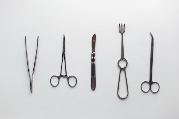 Instrumenty Chirurgiczne Na Białym Stole. Premium Zdjęcia