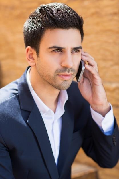 Inteligentny człowiek z telefonem w uchu Darmowe Zdjęcia