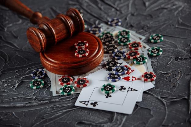 Internetowy Motyw Hazardu I Sprawiedliwości, Karty, żetony I Młotek Sędziowski Na Starym Szarym Stole. Premium Zdjęcia