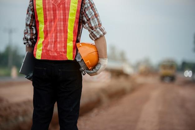 Inżynier budowlany nadzorujący prace na budowie Premium Zdjęcia