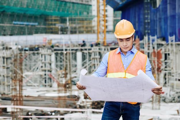 Inżynier Budownictwa Badający Plan Budowy Premium Zdjęcia