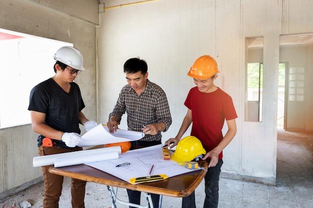 Inżynier I Architekt Dyskusji Z Brygadzista W Budowie Budowy. Premium Zdjęcia