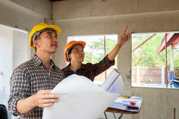 Inżynier I Architekt Dyskutuje Z Brygadzistą W Budynku Budowie Premium Zdjęcia