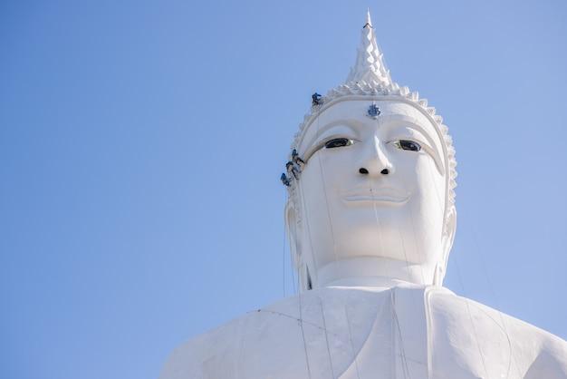 Inżynier jest remontowy budynek głowy statuy michaelita w tajlandia świątyni Premium Zdjęcia