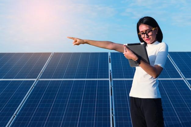 Inżynier Kobieta Pracuje Nad Sprawdzaniem Stanu Sprzętu W Elektrowni Słonecznej Z Kartą Premium Zdjęcia