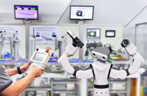 Inżynier kontroli i automatyzacji sterowania nowoczesny system robot w fabryce Premium Zdjęcia