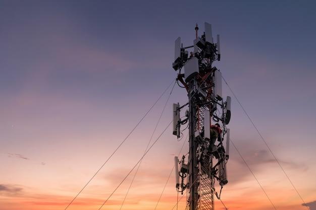 Inżynier Lub Technik Pracujący Na Wysokiej Wieży Premium Zdjęcia