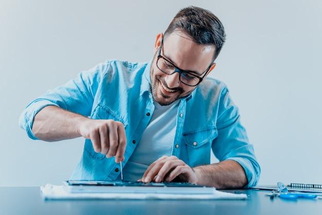 Inżynier Naprawia Laptopa Premium Zdjęcia