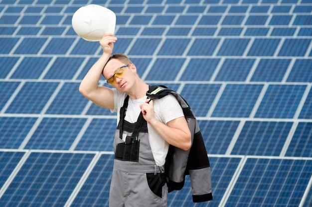 Inżynier Paneli Słonecznych Z Białą Beczką Premium Zdjęcia