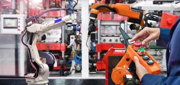Inżynier sprawdza i kontroluje nowoczesne automaty spawalnicze wysokiej jakości do uzbrojenia w przemyśle Premium Zdjęcia