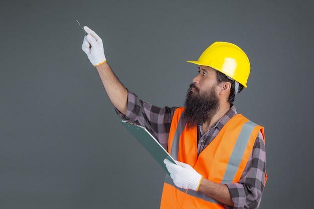 Inżynier ubrany w żółty kask z wzorem na szaro. Darmowe Zdjęcia