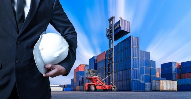Inżynier W Stoczni Kontenerowej, Stoczni Przemysłowej Premium Zdjęcia
