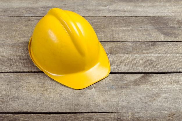 Inżyniera Bezpieczeństwa Hełma Przekładnia Na Brązowym Drewnianym Stole Premium Zdjęcia