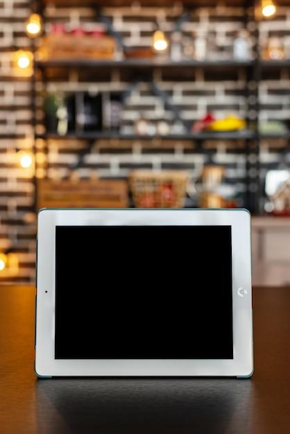 Ipad makieta na drewnianym stole Premium Zdjęcia