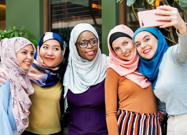 Islamscy Kobieta Przyjaciele Bierze Selfie Wpólnie Premium Zdjęcia
