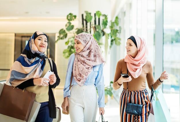 Islamscy Kobiety Przyjaciele Chodzi Wpólnie I Dyskutuje Premium Zdjęcia