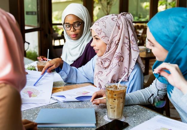 Islamscy przyjaciele dyskutują i czytają książki wpólnie Premium Zdjęcia